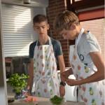Tieners beginnen met koken