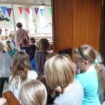 Kinderen gaan de kerk in