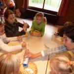 Kinderen genieten van een pannenkoek